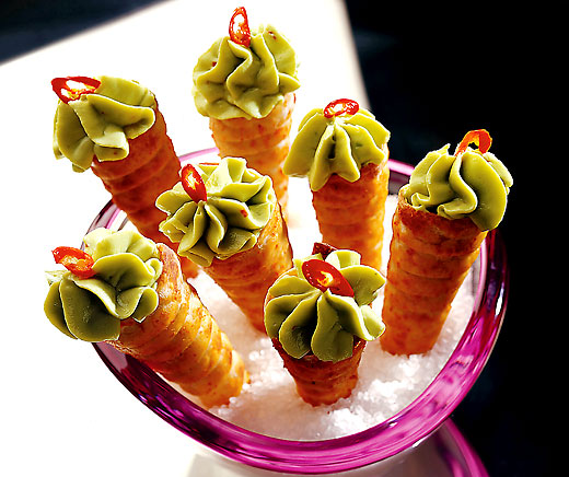 Curry-Cornets mit Avocado-Mousse