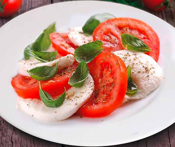 tomaten mozzarella salat anrichten. Black Bedroom Furniture Sets. Home Design Ideas